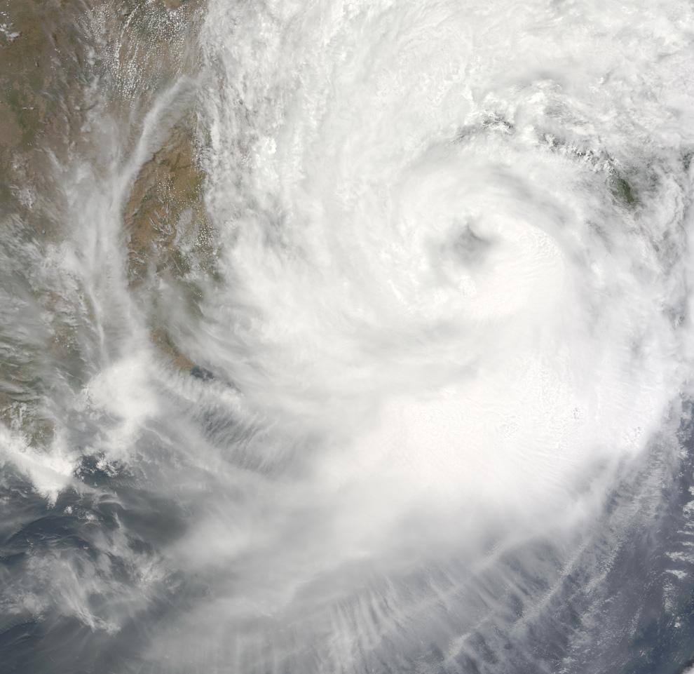 Снимок с визуализирующего спектрорадиометра среднего разрешения (MODIS) установленного на борту американского спутника Terra. Этот снимок в естественных тонах, на котором виден циклон Айла, сделан 25 мая 2009 года, т.е. в тот день, когда шторм временно усилился и был приравнен к 1-й категории циклонов. Айла почти полностью заполняет эту сцену, протянувшуюся от Бенгальского залива вглубь Индии, Бангладеша и Мьянмы. (NASA/Jeff Schmaltz, MODIS Rapid Response Team)
