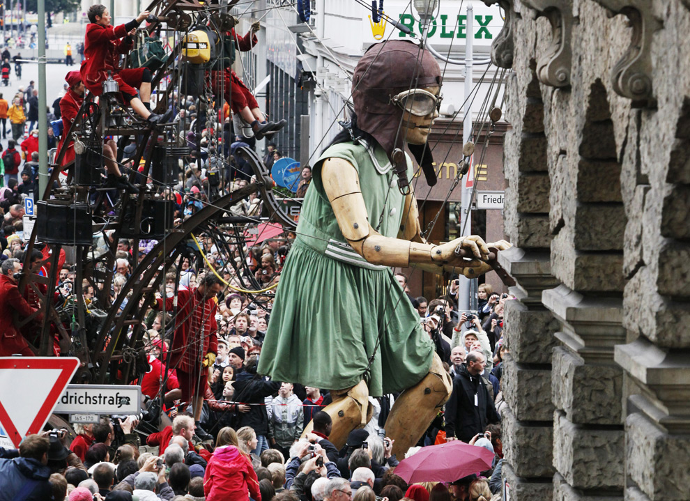 The Little Giantess on Berlin's Friedrichstrasse
