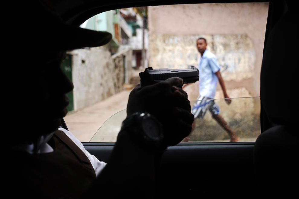 Photography women in brazil posing with guns foto 136