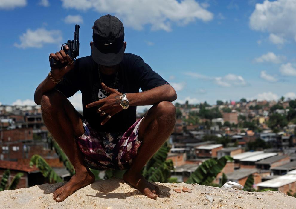 Photography women in brazil posing with guns foto 232