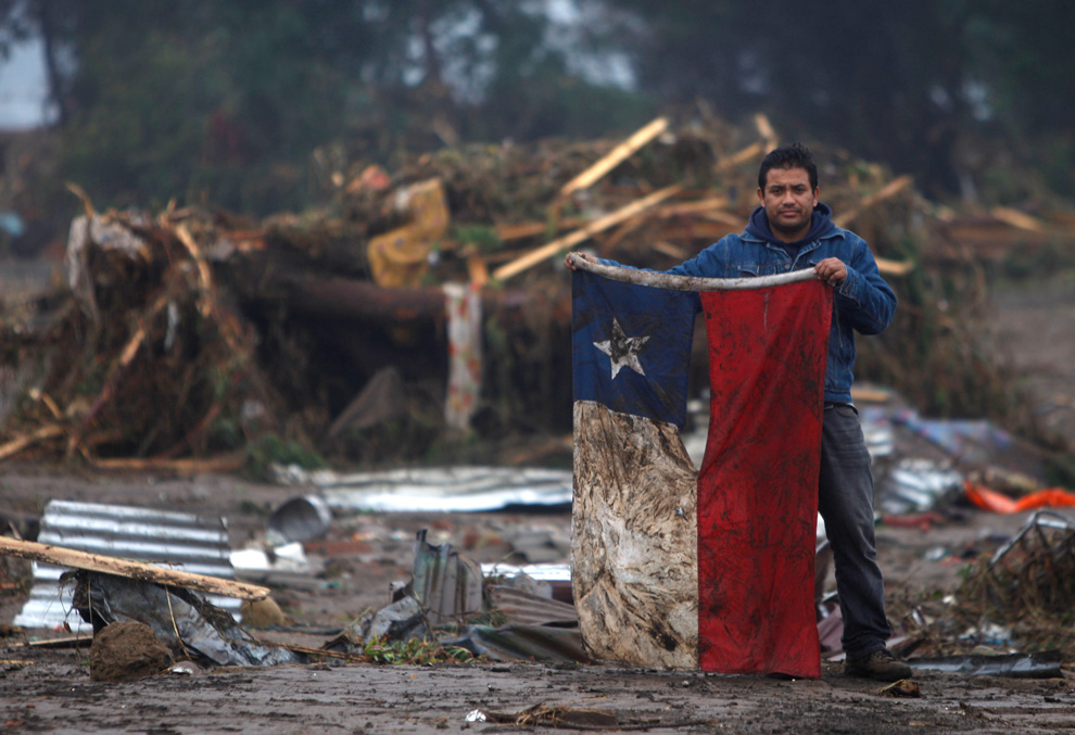 terremoto en chile 2010 A man holds up a Chilean flag