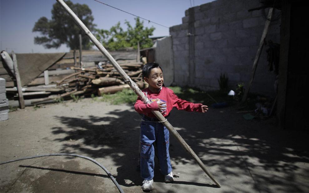 28 апреля 2009 Эдгар Эрнандес, 4 года, играет в саду в деревне Ла Глория в мексиканском штате Веракрус. Именно Эдгар стал пациентом №1, с которого началось распространение свиного гриппа. В настоящее время мальчик уже выздоровел. (AP Photo/Alexandre Meneghini)
