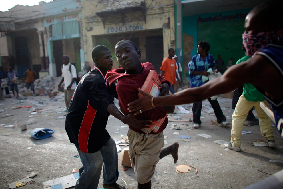 Haiti Earthquake Looters fight for products