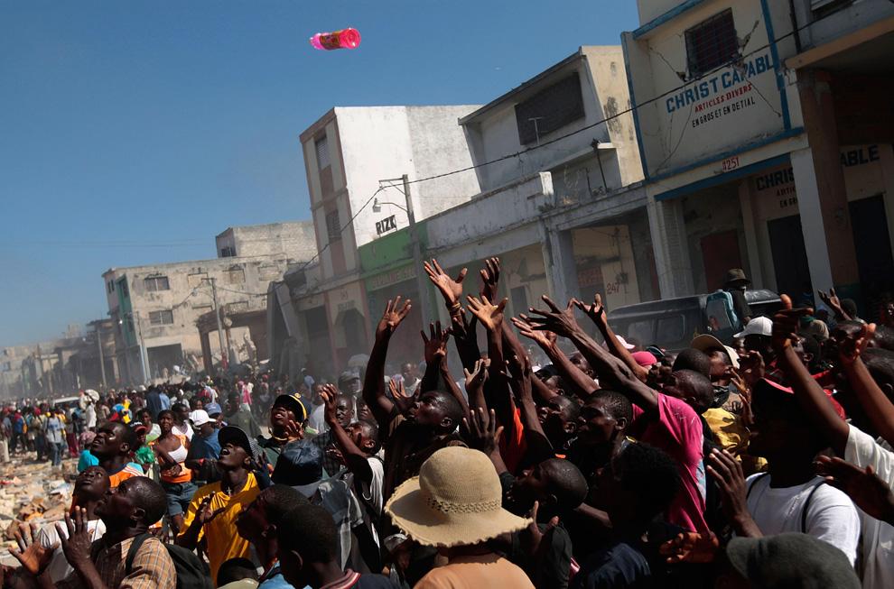 Haití Terremoto productos son lanzados a la gente