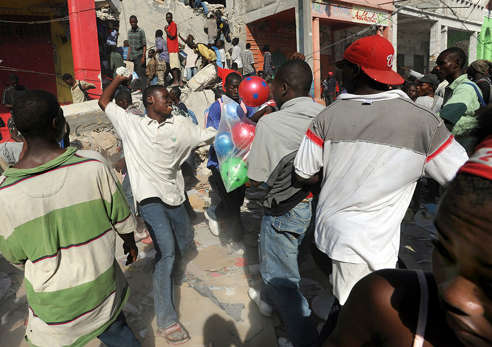 Haiti Earthquake Looters fight for goods