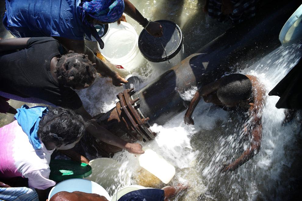 Haití Terremoto toma agua después de romper una tubería