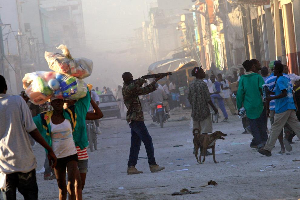 Haití Terremoto hombre apunta con un arma a saqueadores y ladrones