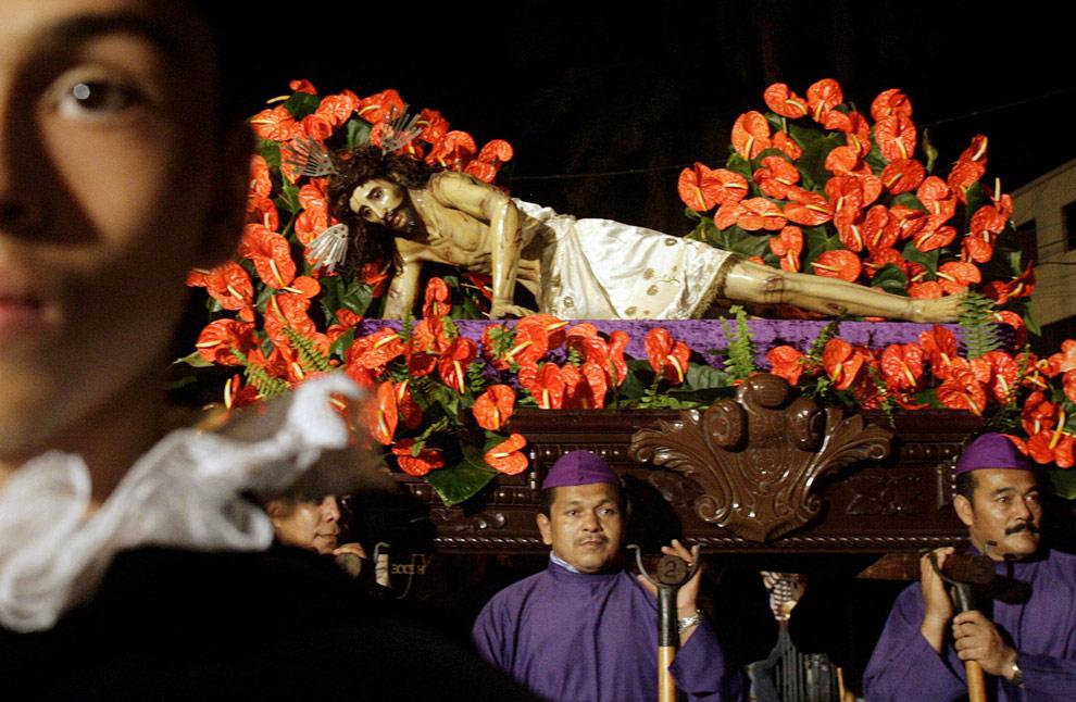 Колумбийские кающиеся грешники несут алтарь во время шествия в честь Страстной недели в Кали, Колумбия. 08 апреля 2009. (REUT