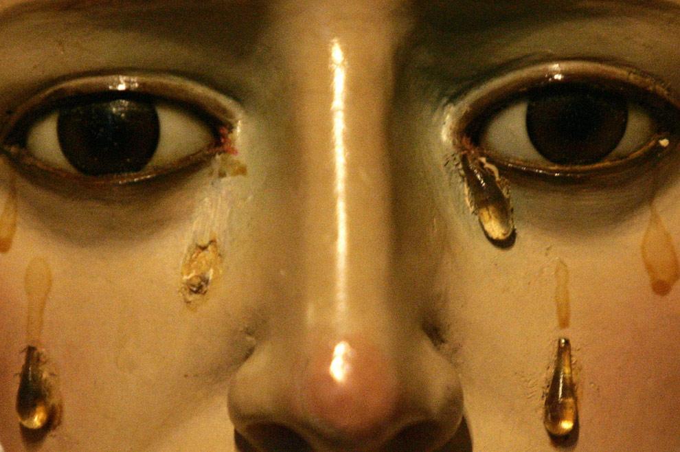 Лицо статуи Девы Марии в часовне Las tres gracias в Понтеведра, на севере Испании, 9 апреля 2009. (REUTERS/Miguel Vida