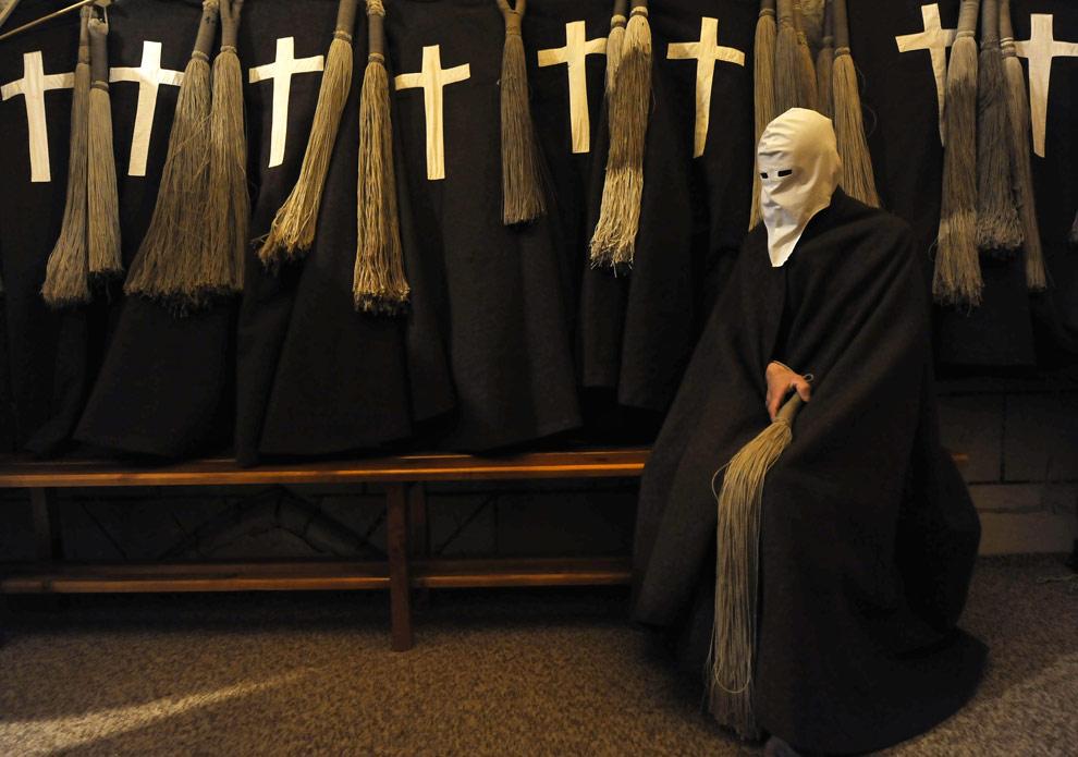 Неизвестный член ордена кающихся грешников готовит специальную одежду накануне шествия братства Los Picaos в Сан-Висенте-де-ла-Сонсиерра, на севере Испании. Среда, 8 апреля 2009. (AP Photo/Alvaro Barrientos)