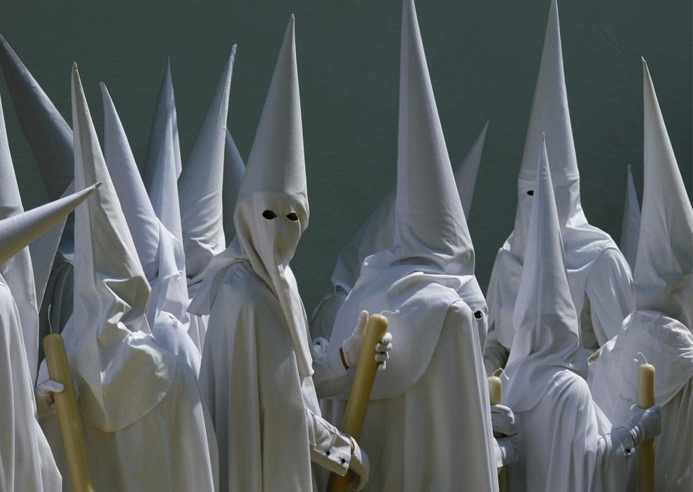 Кающиеся грешники принимают участие в процессии в братства La Paz (Мир) в честь Страстной недели в андалузском городе Севилья, на юге Испании, 5 апреля 2009. (REUTERS/Marcelo del Pozo)