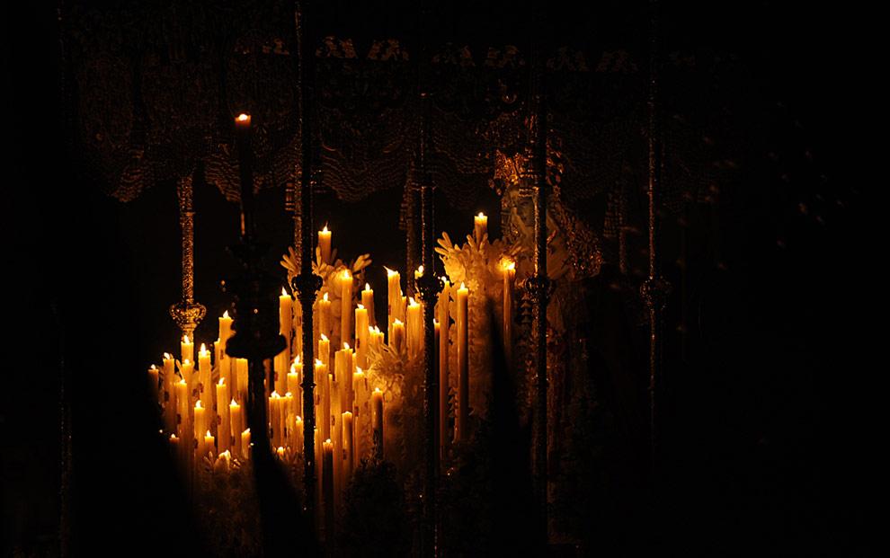 Статуя La Merced Virgin (Милостивой Девы) во время процессии братства La Merced во время Страстной недели в городке Bollullos de la Mitacion, недалеко от Севильи. 9 апреля 2009. (CRISTINA QUICLER/AFP/Getty Images)