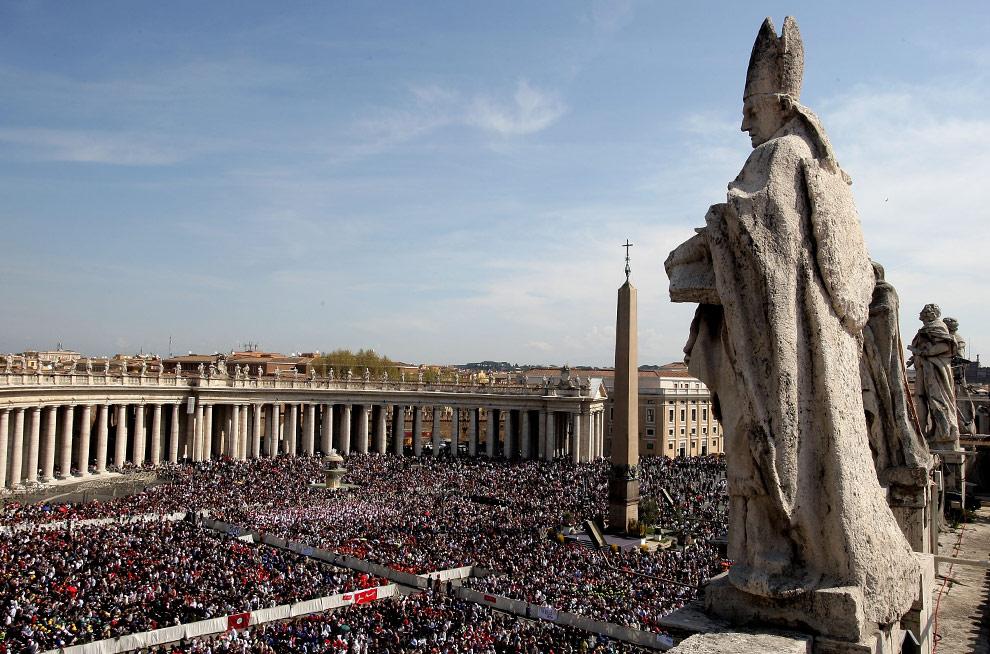 Вид на площадь у Собора Святого Петра во время службы в вербное воскресенье, 5 апреля 2009 года в Ватикане. (Franco Origlia/Getty Images)