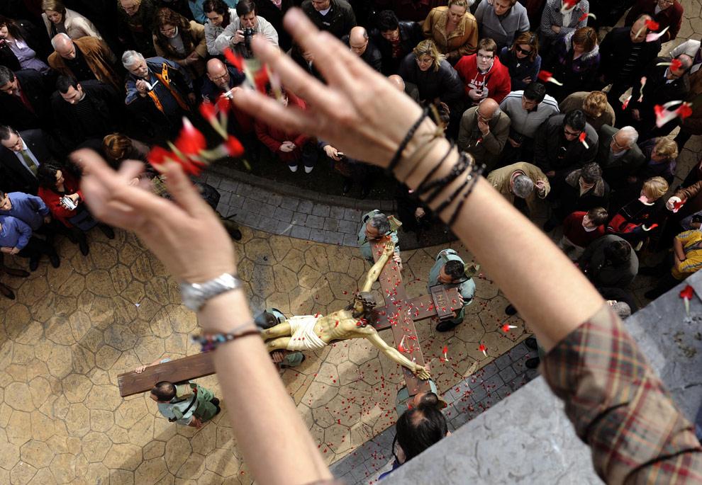 Празднование Входа Господня в Иерусалим. Люди бросают цветы во время процессии братства «Estudiantes» (Студенты) в начале Страстной недели в Овьедо, на севере Испании, 5 апреля 2009. (REUTERS/Eloy Alonso)