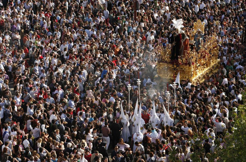 Процессия братства Сан Гонсало во время Страстной неделя в Севилье, на юге Испании, 6 апреля 2009. (REUTERS/Marcelo del Pozo)