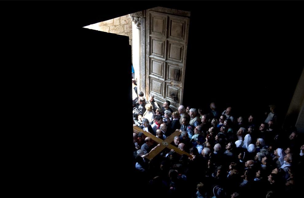 Христианские паломники несут крест в храме Гроба Господня. Старый Иерусалим, 10 апреля 2009. (David Fürst/AFP/Getty Images)