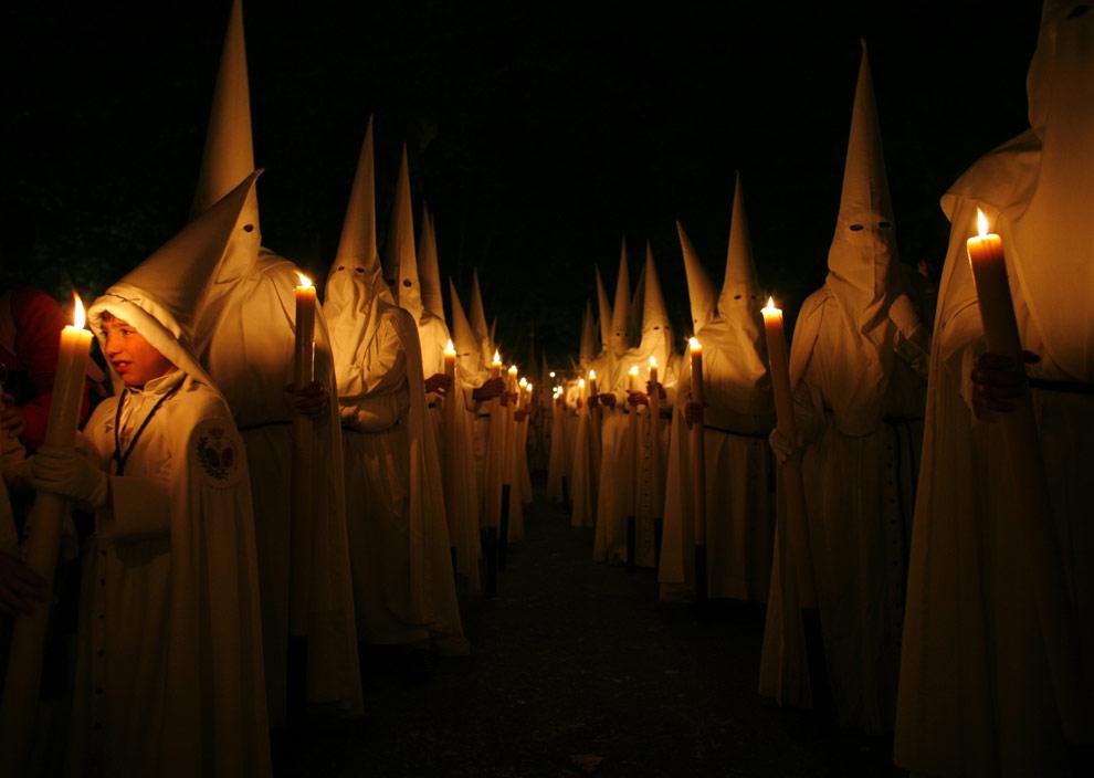 Кающиеся грешники принимают участие в процессии братства в La Paz в Севилье, на юге Испании, 5 апреля 2009. (REUTERS/Marcelo del Pozo)