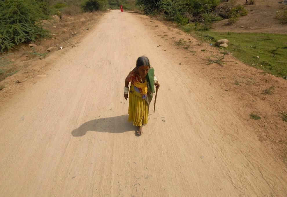 Женщина идет на избирательный участок в Бапалли (Bapally), который находится в 110 км (68 милях) к западу от южно-индийского города Хайдарабад, 16 апреля 2009. (REUTERS/Krishnendu Halder)
