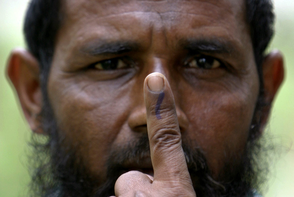 Мужчина-мусульманин показывает свой палец, помеченный чернилами после голосования на избирательном участке в деревне Тиамари, расположенной в 280 км (174 милях) к западу от Гувахати, 23 апреля 2009. (REUTERS/Rupak De Chowdhuri)