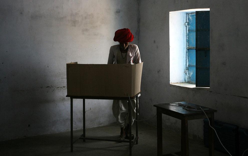 Индиец голосует на избирательном участке во время четвертого этапа всеобщих индийских выборов в Kadat возле деревни Абу-дорожный в северном индийском штате Раджастан 7 мая 2009. (REUTERS/Arko Datta)