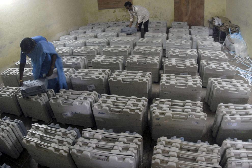 Сотрудники избирательного участка пересчитывают электронные машины для голосования в распределительном центре южно-индийского города Ченнаи 12 мая 2009. (REUTERS/Babu)