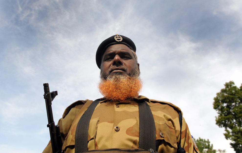 Военнослужащий из индийских полицейских сил центрального резерва (CRPF) охраняет избирательный участок в Сринагаре 7 мая 2009. В штате Кашмир во время проведения выборов был усилен режим соблюдения безопасности, что было вызвано усилением активности сепаратистов и недавних призывов со стороны повстанцев бойкотировать выборы. (TAUSEEF MUSTAFA/AFP/Getty Images)