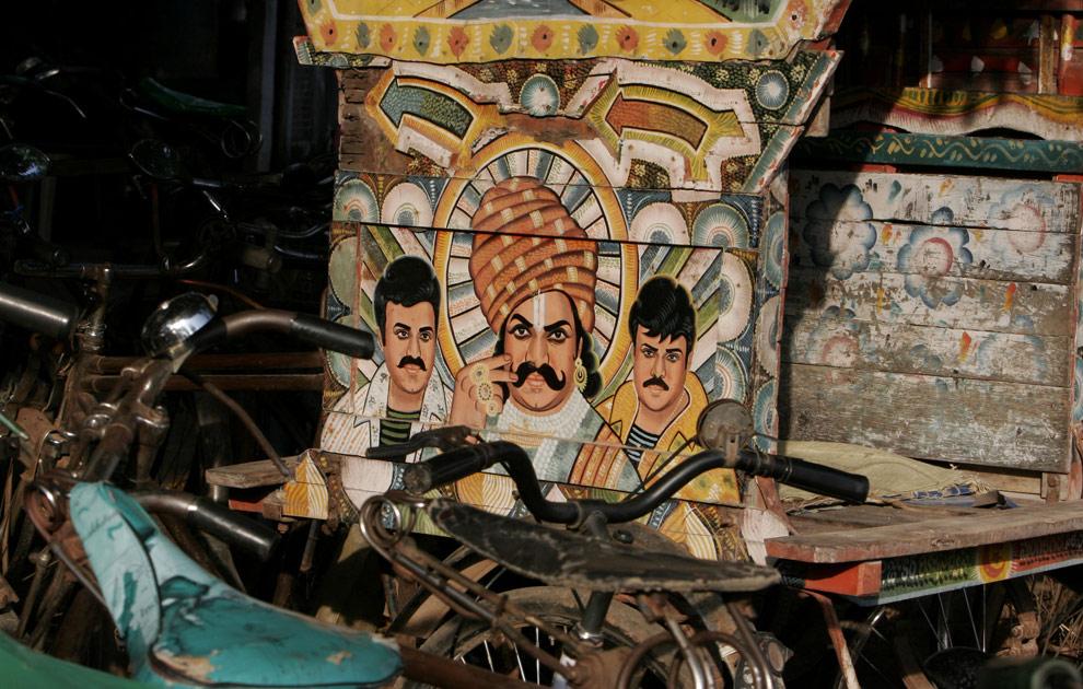 На повозке рикши нарисован портрет с изображением звезды индийского кино, недавно ставшего политиком Чирандживи (Chiranjeevi), слева и справа. В центре изображен бывший министр штата Андхра Прадеш, Рама Рао. Индийский город Виджаявада, четверг, 16 апреля 2009. (AP Photo/Aijaz Rahi)