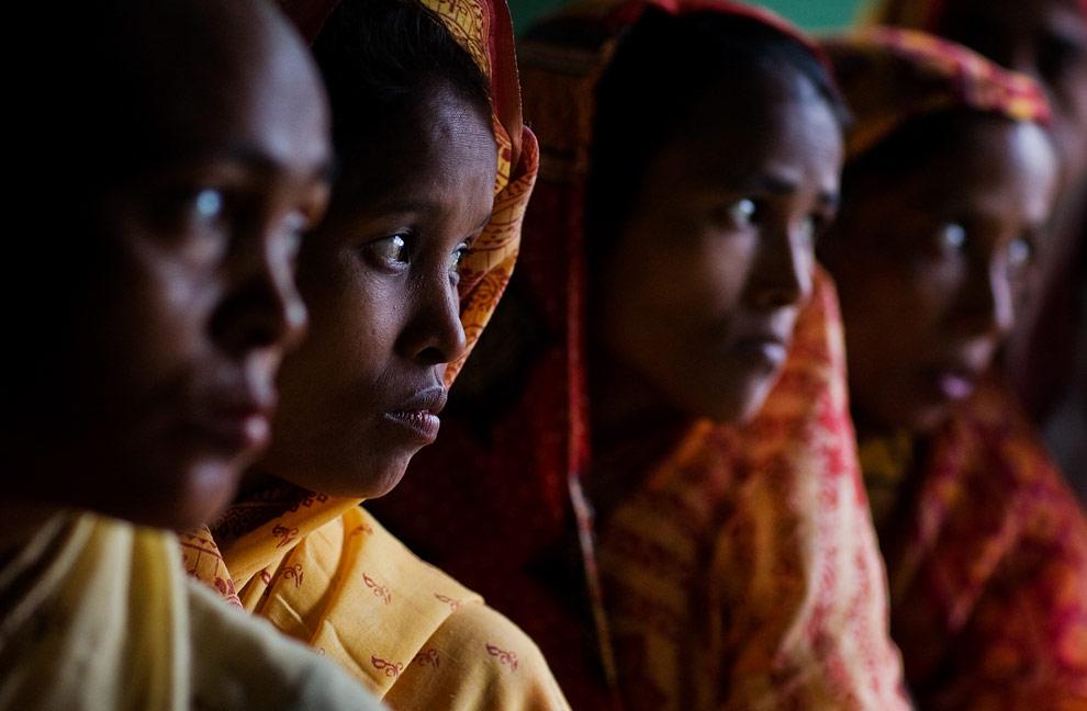 Женщины стоят в очереди на избирательном участке 23 апреля 2009 года в селение Мукалмуа (Mukalmua) недалеко от Гувахати, в котором преобладает мусульманское население. (Daniel Berehulak/Getty Images)