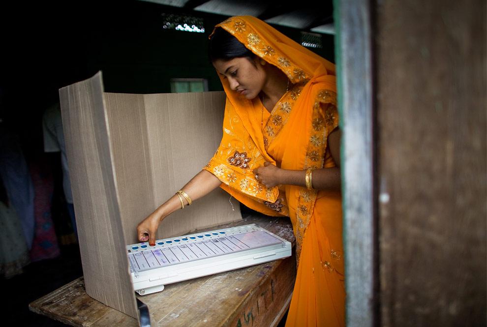 Девушка голосует на избирательном участке 23 апреля 2009 года в городе Mukalmua, недалеко от Гувахати, Индия. (Daniel Berehulak/Getty Images)