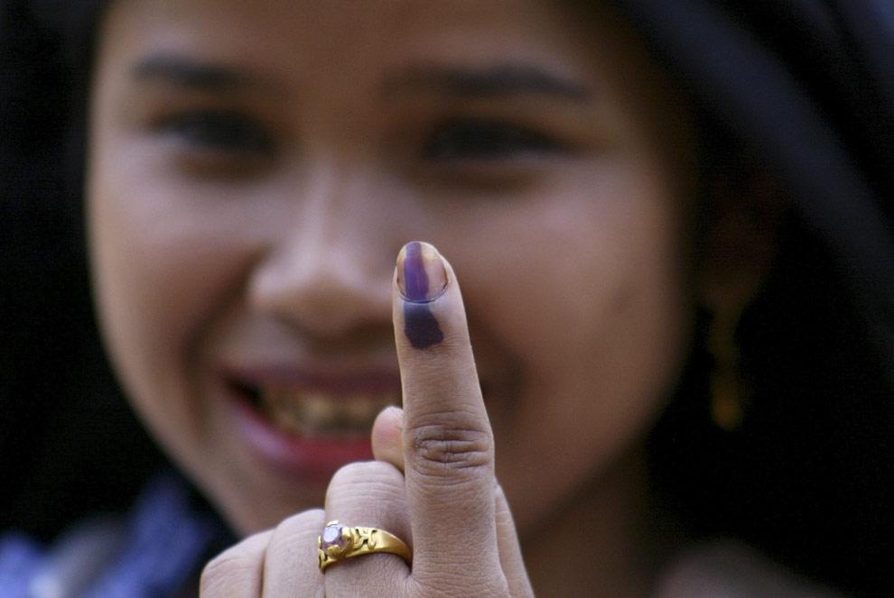 Девушка показывает свой палец, помеченный чернилами после голосования в деревне Nangrin парламентского избирательного округа Шиллонг северо-восточного штата Мегхалая, в четверг, 16 апреля 2009. (AP Photo/Anupam Nath)