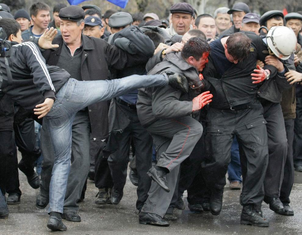 Присоединённое изображение: - Бьют_милицию_в_Бишкеке.jpg