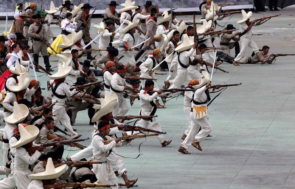 身着古装的墨西哥军队正在重现当年历史性战役中的场景。