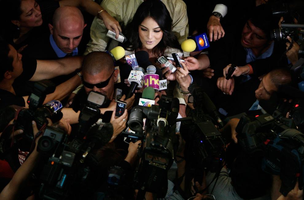 2010年环球小姐Ximena Navarrete刚下飞机便被众多记者包围争相采访。