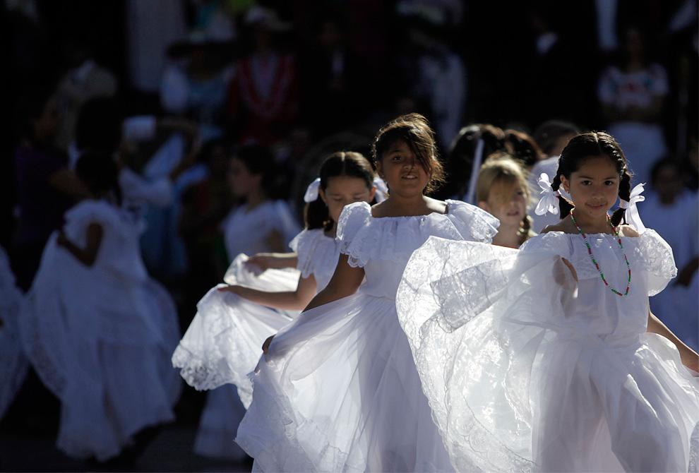 身着墨西哥传统服装的学生们。