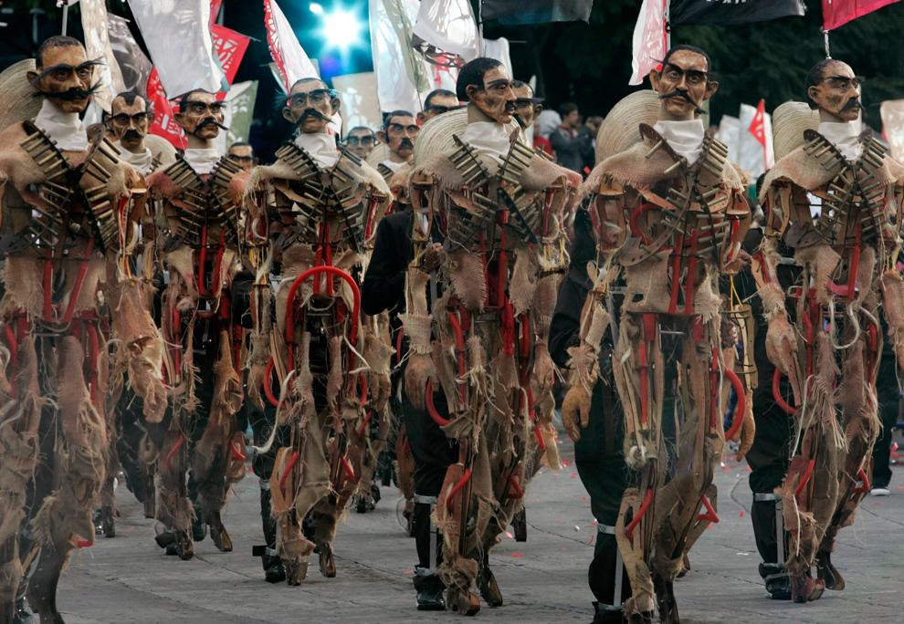 象征着独立革命英雄 Emiliano Zapata 的木偶穿过墨西哥城。