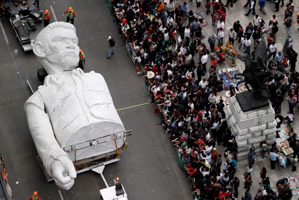 一座象征着所有墨西哥人共同抵抗逆境心愿的巨大雕塑局部在运往Zocalo square的途中。