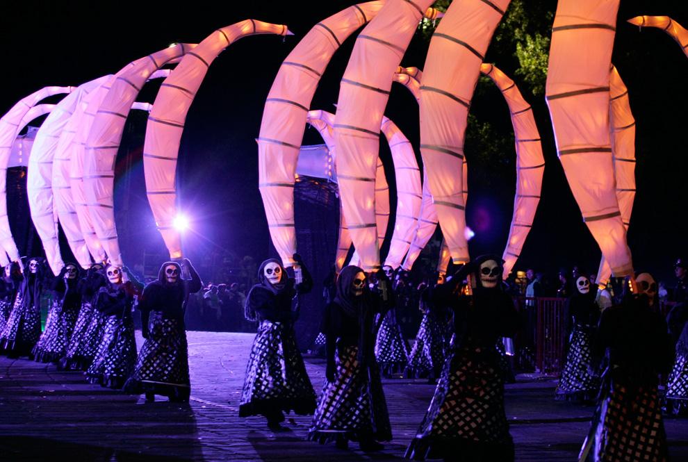 舞者们正在扮演的 La Catrina 是墨西哥颇受欢迎的人物。