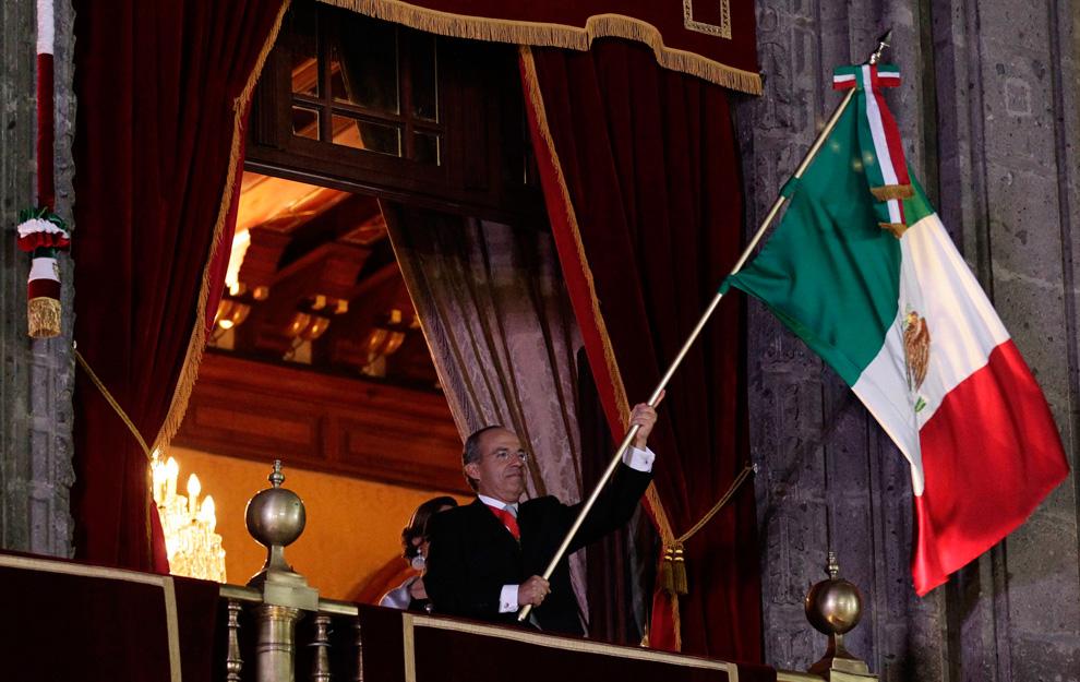 墨西哥总统费利佩·卡尔德龙(Felipe Calderon)挥舞着国旗。