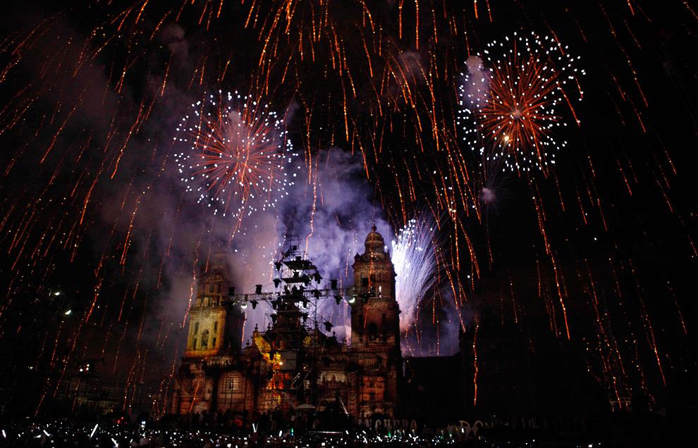 烟花绽放在墨西哥大都会教堂上空。