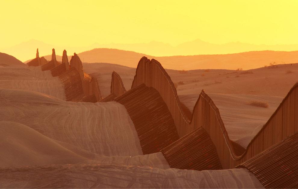 tatuajes de estrellas en los pies.  se alza 15 pies sobre la sinuosa arena del desierto, cerca de Mexicali.