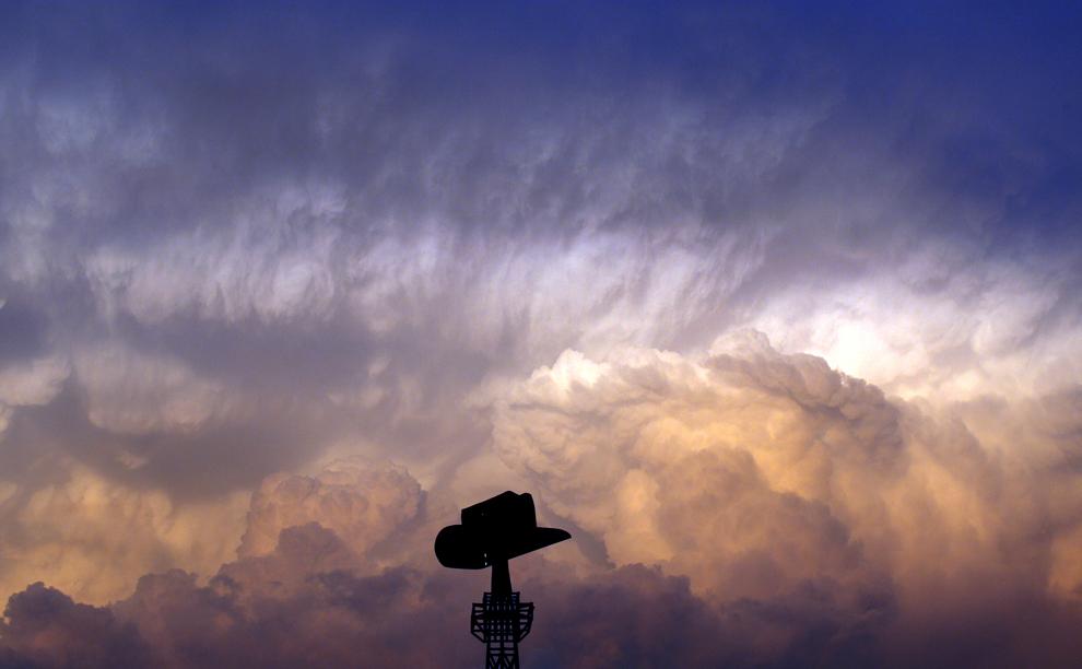 nubes ruedan dentro y fuera de París, Texas, detrás de la réplica de la Torre Eiffel
