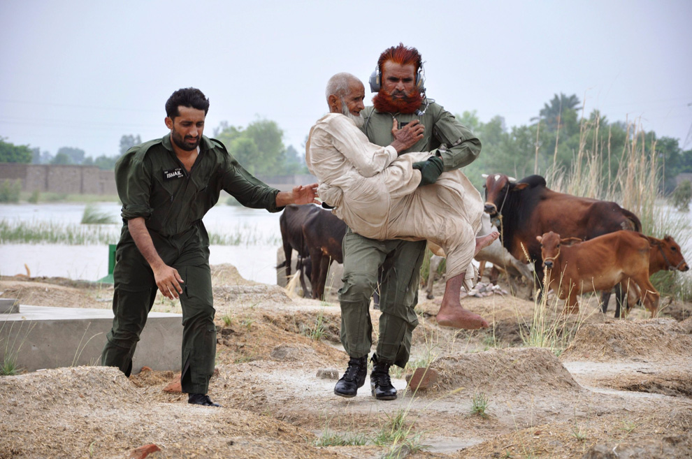 A soldier evacuating residents carries a flood victim to a helicopter in Sanawa, Pakistan's on August 5, 2010. (REUTERS/Stringer)