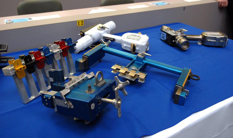 Инструменты с помощью, которых будут ремонтировать космический телескоп Хаббл во время миссии NASA STS-125. Крайняя справа – рукоятка пистолетного типа на которую можно устанавливать инструменты. Также с ее помощью можно открывать засовы и двери. (NASA/Jack Pfaller)