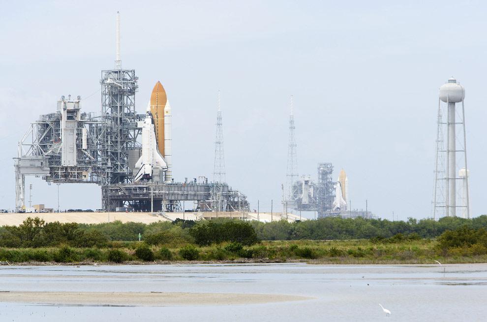 Космические корабли «Атлантис» (слева) и «Эндевор» на пусковых площадках 39А и 39В в Космическом центре имени Кеннеди.17 апреля 2009 года на Мысе Канаверал, Флорида. (Matt Stroshane/Getty Images)