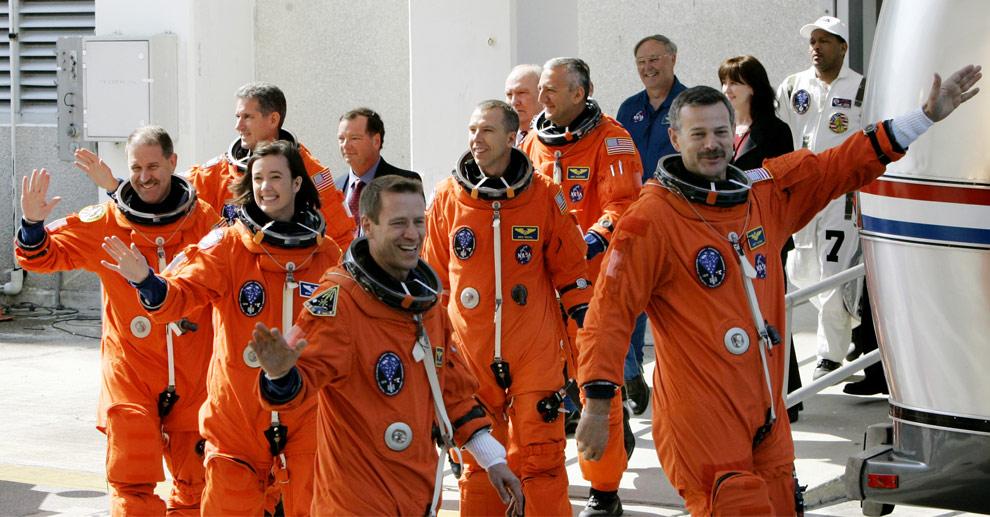 Экипаж шаттла «Атлантис», справа-налево, командир - астронавт-ветеран Скотт Алтман, пилот - отставной капитан 1-го ранга ВМС США Грегори Джонсон, специалисты миссии: К. Меган МакАртур, Джон Грунсфелд, Эндрю Фойстел и Майкл Массимино выходят из здания операции и проверки, чтобы отправиться на борт челнока. Космический центр имени Кеннеди на мысе Канаверал, в понедельник, 11 мая 2009. (AP Photo/John Raoux)
