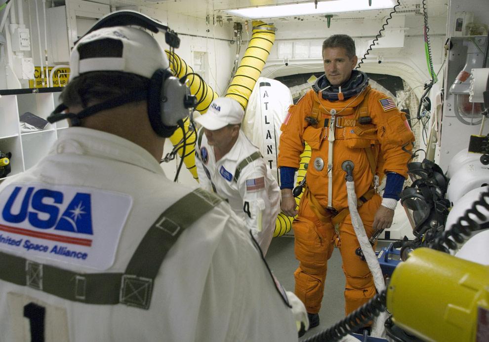 Специалист Майкл Гуд стоит в белой комнате на стартовой площадке 39А в NASA в Космическом центре имени Кеннеди перед тем, как зайти на борт шаттла «Атлантис». «Белая комната» находится в самом конце стрелы для доступа в космический корабль и обеспечивает доступ в шаттл. (NASA/Sandra Joseph-Kevin OConnell)