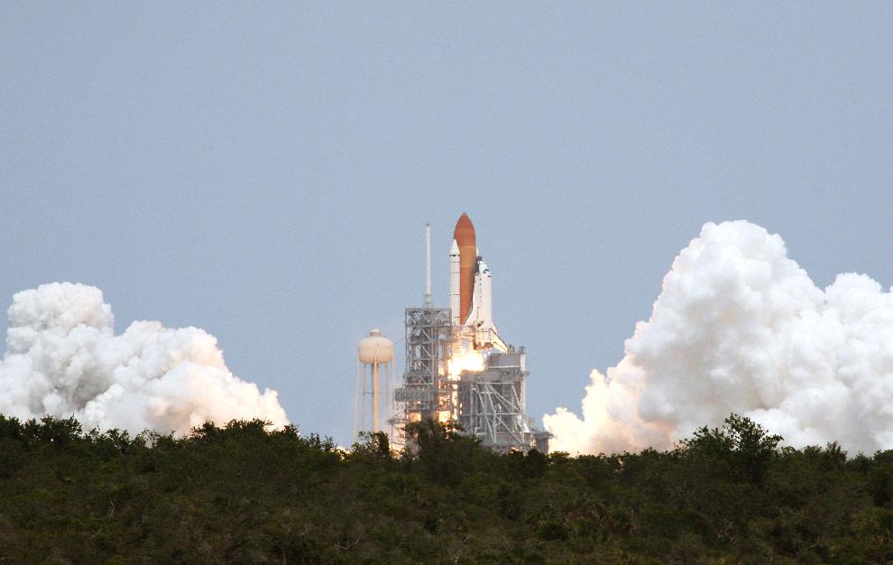 Шаттл «Атлантис» с семью членами экипажа на борту отправляется на околоземную орбиту для починки космического телескопа Хаббл. Старт произошел в 2:01 (восточное дневное время) 11 мая 2009 на стартовой площадке 39А NASA Kennedy Space Center. (NASA)