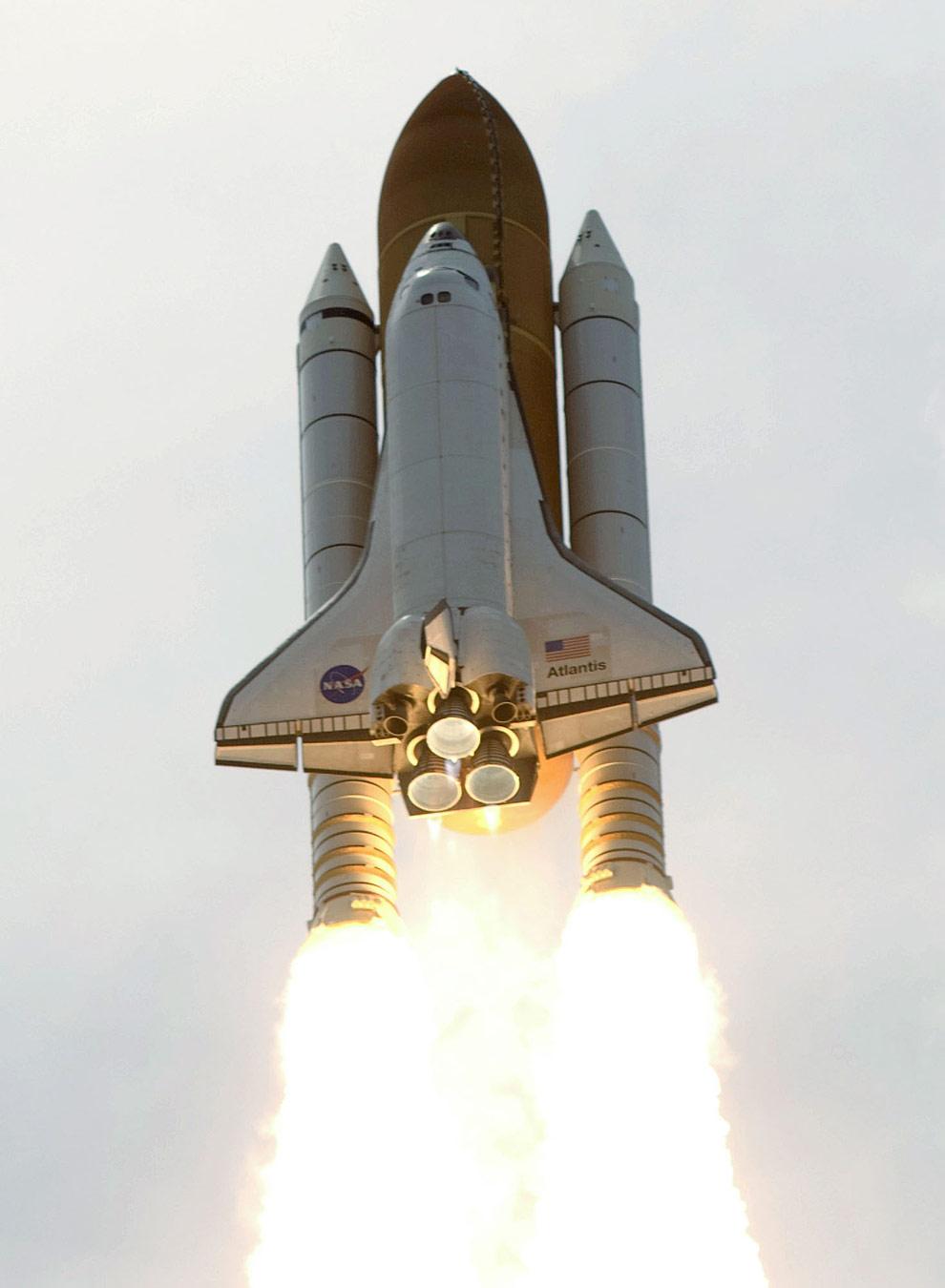 Шаттл «Атлантис» с семью членами экипажа на борту отправляется на околоземную орбиту для починки космического телескопа Хаббл. (NASA)