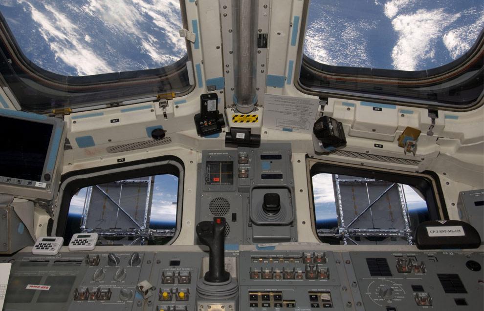 Фотография солнечных батареи космического телескопа Хаббл сделанная с борта находящегося на орбите шаттла «Атлантис». (NASA)