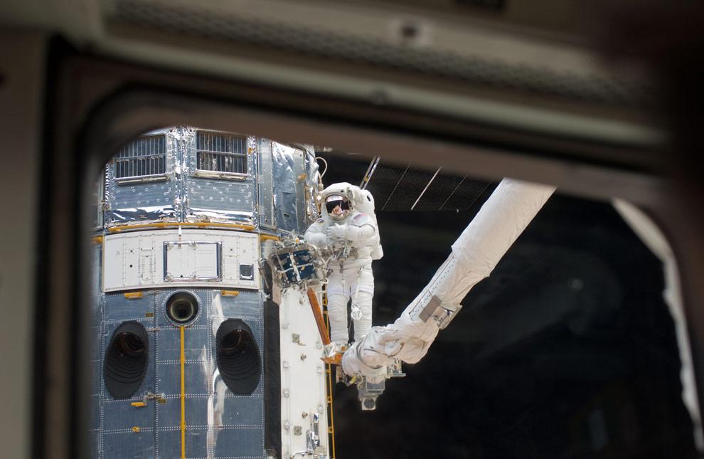 Один из членов экипажа STS-125 космического корабля Атлантис сделал это фото телескопа Хаббл, во время того, как гигантская обсерватория находилась в захвате специальной манипуляторной системы с дистанционным управлением, которую построили в Канаде. (NASA)
